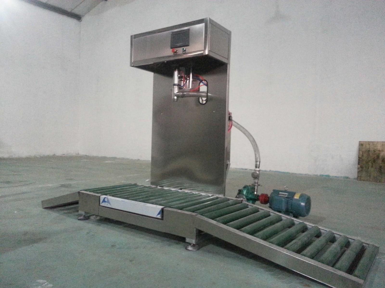 在不影响使用性能和功能需要的前提下,可根据贵单位的生产环境和物料特性及设备管理的需要进行现场设计以及选配外部设备隔膜泵过滤机 滚筒输送机;可选机型: 普通型防爆型 标准型 功能特点: .整套系统采用隔爆型标准制造,防爆等级:EXdIIBT4 .设备采用称重式定量灌装,人工上桶桶口、自动扣除桶皮重,定量灌装 .